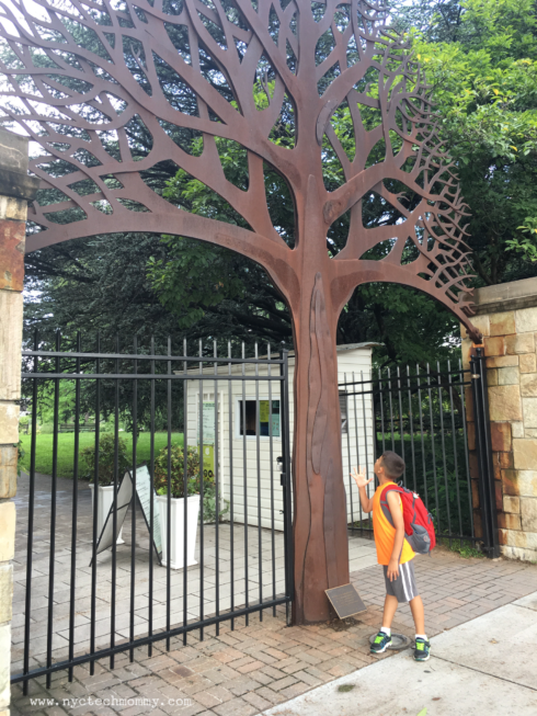 Queens Botancial Garden Main Gate - Tree sculpture dedicated to victims and heroes of 9/11